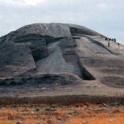 Se trata de una gran montaña de tierra, bajo la cual se encuentran enterrados los restos de soldados