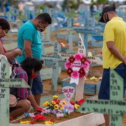 La gente visita el cementerio de Nossa Senhora Aparecida el Día de la Madre, en Manaos, estado de Amazonas, Brasil, en medio de la pandemia del nuevo coronavirus COVID-19. | Foto:Michael Dantas / AFP