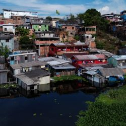 Vista general de un área inundada de la comunidad ribereña de Educandos en Manaos, capital del estado brasileño de Amazonas. | Foto:Michael Dantas / AFP