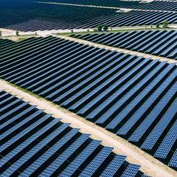 Vista general de los paneles solares de la central fotovoltaica de la empresa Enerparc, que entró en funcionamiento. La estación de energía solar, que cubre un área de alrededor de 91 hectáreas, suministrará electricidad a Deutsche Bahn durante los próximos 30 años. | Foto:Jens Büttner / dpa-Zentralbild / DPA