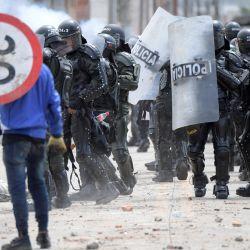 Un manifestante choca con la policía antidisturbios durante una protesta contra el gobierno del presidente colombiano Iván Duque, en Facatativá, Colombia. | Foto:Raúl Arboleda / AFP