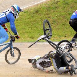 Letonia Kristens Krigers cae en la Final Elite masculina durante la Copa del Mundo de BMX Supercross, en Bogotá. | Foto:Raúl Arboleda / AFP