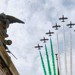Italia, Roma: la unidad acrobática de la Fuerza Aérea Italiana Frecce Tricolori sobrevuela Roma para conmemorar el Día de la República. | Foto:Mauro Scrobogna / LaPresse vía ZUMA Press / DPA