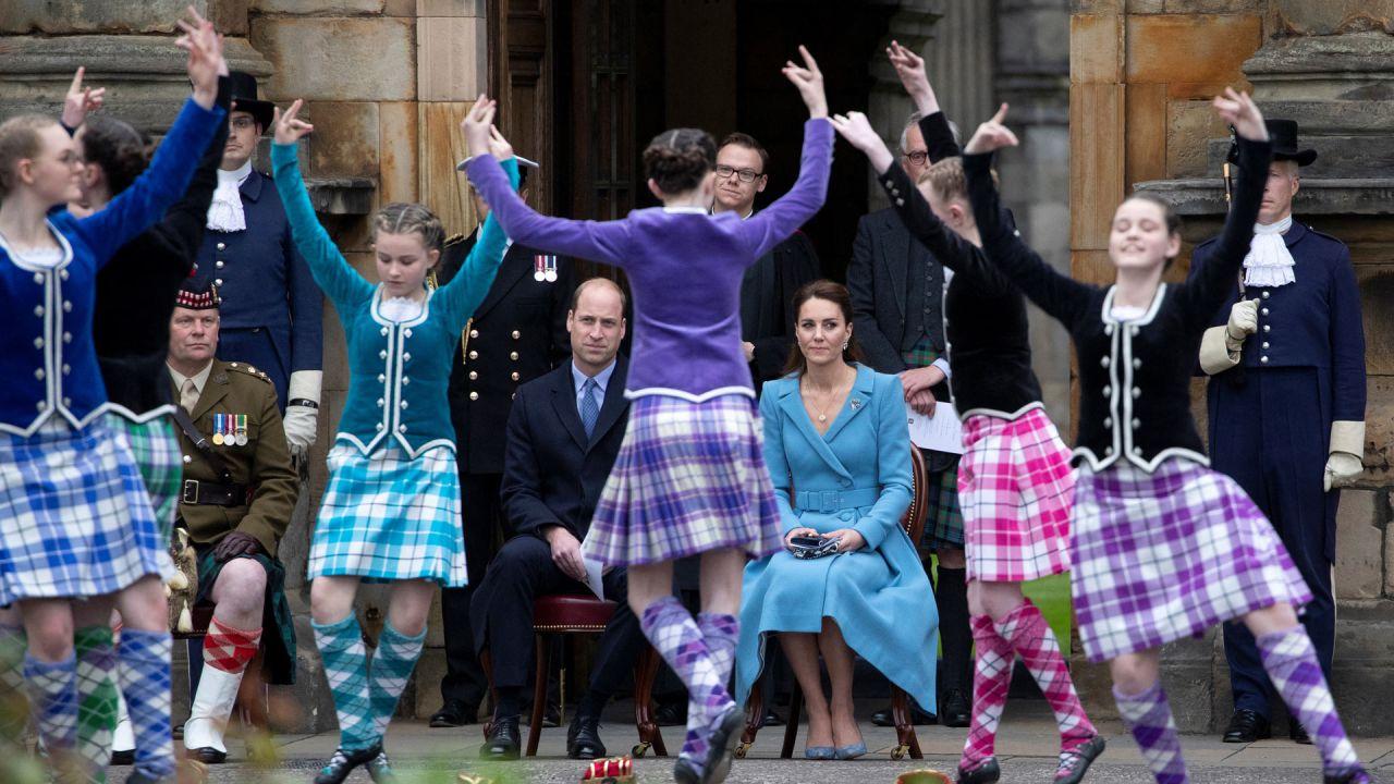 El príncipe Guillermo de Gran Bretaña, duque de Cambridge y la duquesa de Cambridge, Catalina de Gran Bretaña, ven a los bailarines de Highland actuar durante un retiro de palizas de The Massed Pipes and Drums of the Combined Cadet Force en Escocia en el Palacio de Holyroodhouse en Edimburgo. | Foto:Jane Barlow / POOL / AFP