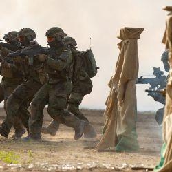 Soldados de la Bundeswehr demuestran un ejercicio de combate en la Brigada de Entrenamiento de Tanques 9 durante una visita del Ministro de Defensa alemán Annegret Kramp-Karrenbauer.   Foto:Philipp Schulze / DPA