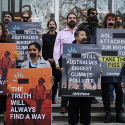 Los activistas de Greenpeace protestan frente al Tribunal Federal de Australia, en Sydney. El gigante energético AGL busca que se elimine su logotipo de una campaña de contaminación de Greenpeace.   Foto:AAP / Dean Lewins