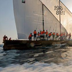 Los marineros participan en la carrera anual de vela de dhow de larga distancia, conocida como al-Gaffal, cerca de la isla Sir Abu Nuair hacia Dubai.   Foto:Karim Sahib / AFP