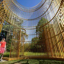 Hannah Vitos observa la escultura interactiva de la Blenheim Art Foundation del artista chino Ai Weiwei, que se verá a largo plazo en los terrenos del Palacio de Blenheim.   Foto:Jacob King / PA Wire / DPA