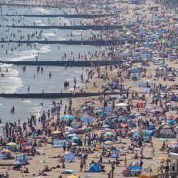 La gente pasa las vacaciones de fin de semana en la playa de Bournemouth.   Foto:Andrew Matthews / PA Wire / DPA
