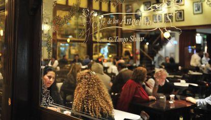 Las ventanas del Café de los Angelitos, antes de la pandemia. Un ícono porteño.