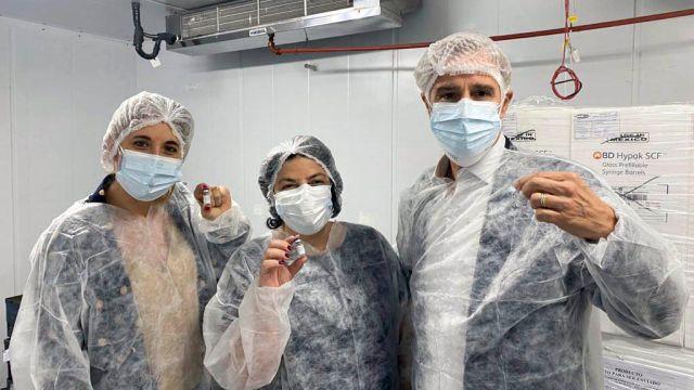 El presidente de Laboratorios Richmond, Marcelo Figueiras, junto a Carla Vizzotti y Cecilia Nicolini.