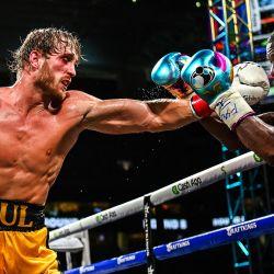 El ex rey mundial de peso welter Floyd Mayweather y la personalidad de YouTube Logan Paul pelean en una pelea de exhibición de ocho asaltos en el Hard Rock Stadium en Miami, Florida. | Foto:Chandan Khanna / AFP