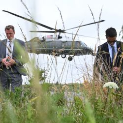 Los agentes del Servicio Secreto de EE. UU., se alejan del helicoptero que traslada al presidente Joe Biden del Parque Estatal Cape Henlopen, cerca de Lewes, Delaware, hasta la Casa Blanca. | Foto:Jim Watson / AFP