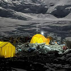 Esta fotografía tomada muestra las carpas de los alpinistas encendidas por la noche en el Campamento 2 del Monte Everest (8.848,86 metros), en Nepal. | Foto:Lakpa Serpa / AFP