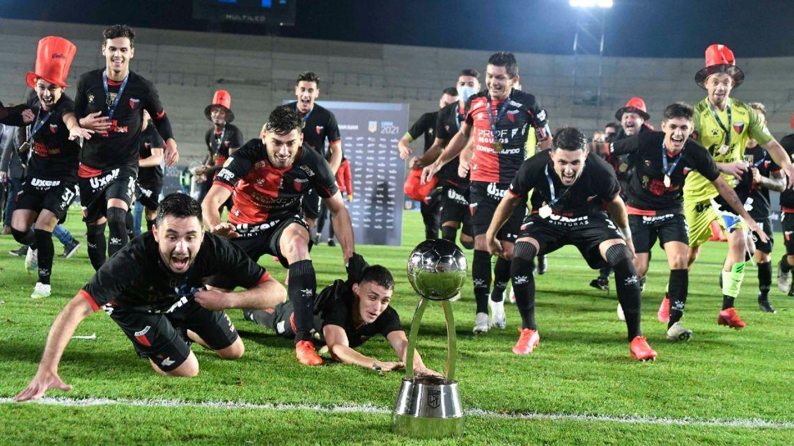 Colón's players celebrate after defeating Racing at the Bicentenario stadium in San Juan, on June 4, 2021.