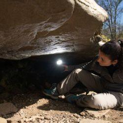 La tumba está revestida con piedra seca, cubierta con una piedra de 11,5 pies y contiene tres cámaras funerarias separadas.