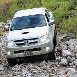 Visualizar un paso según el despeje de nuestro vehículo y conducir atentos a filos y salientes, es fundamental a la hora de atrevesar una zona de piedras.