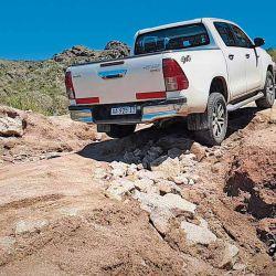 Algunos cortes, a los fines de evitar daños y asegurarse el paso, es necesario rellenarlos con el material que tengamos a mano. En este caso piedras.