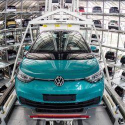 Un automóvil eléctrico Volkswagen ID 3 se muestra en la instalación de almacenamiento en la torre del fabricante de automóviles alemán Volkswagen, en el sitio de producción 'Glassy Manufactory' en Dresde, Alemania oriental.   Foto:Jens Schlueter / AFP