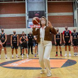 La reina Mathilde de Bélgica juega al básquet durante una visita real para asistir a una sesión de entrenamiento de los Belgian Cats, el equipo nacional de básquet femenino belga, en el campus deportivo de Lange Munte.   Foto:Kurt Desplenter / BELGA / DPA