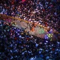 Esta foto aérea muestra a personas viendo una actuación en un mercado nocturno en Shenyang, en la provincia nororiental china de Liaoning.   Foto:STR / AFP