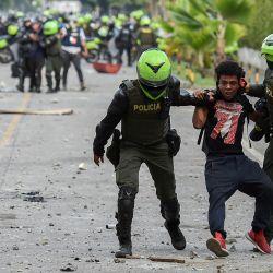 Policías colombianos arrestan a un manifestante durante una protesta contra el gobierno en Cali, Colombia.   Foto:Luis Robayo / AFP