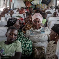 Desplazados que huyeron de Goma tras la erupción del volcán Nyiragongo esperan en un autobús en Sake con sus pertenencias, esperando ser llevados a sus casas.   Foto:Guerchom Ndebo / AFP