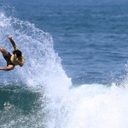 El surfista japonés Hiroto Ohhara monta una ola en la final masculina durante los Isa World Surfing Games 2021 en la playa El Tunco, El Salvador.   Foto:Marvin Recinos / AFP