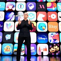 Esta imagen muestra al CEO de Apple, Tim Cook, que destaca la comunidad dinámica de desarrolladores de App Store de todo el mundo en la Conferencia Mundial de Desarrolladores de Apple en Apple Park en Cupertino, California.   Foto:Brooks Kraft / Apple Inc. / AFP