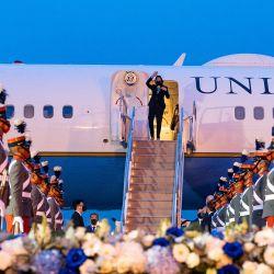 La vicepresidenta de Estados Unidos, Kamala Harris, saluda a su llegada al Aeropuerto Internacional La Aurora en la ciudad de Guatemala.   Foto:Jim Watson / AFP