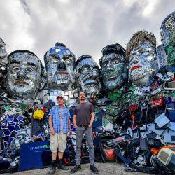 Los artistas Alex Wreckage y Joe Rush de Mutoid Waste Company posan para una foto frente a su obra de arte Mount Trashmore, en la playa de Gwithian.   Foto:Ben Birchall / PA Wire / DPA