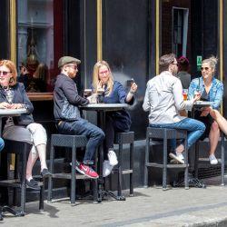 Las personas se sientan con sus bebidas en una mesa fuera de un pub reabierto en Dublín, cuando los bares, restaurantes y cafés reanudaron el servicio al aire libre como parte del último levantamiento de las restricciones de Covid-19.   Foto:Paul Faith / AFP