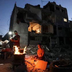 Los palestinos se reúnen cerca de las ruinas de los edificios destruidos durante el conflicto de mayo de 2021 entre Hamas e Israel, en Beit Hanun, en el norte de la Franja de Gaza.   Foto:Mahmud Hams / AFP