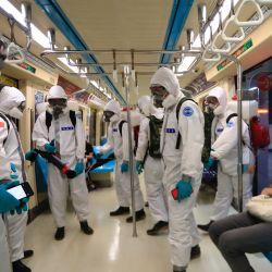 Soldados militares vestidos con trajes de protección completos desinfectan un tren de metro después de un brote grave con un número creciente de infecciones domésticas y muertes relacionadas con la enfermedad COVID-19.   Foto:Daniel Ceng Shou-Yi / ZUMA Wire / DPA