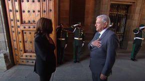 Kamala Harris es recibida por el presidente de México, López Obrador