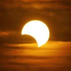 Se recomienda nunca mirar de forma directa al sol, ya que puede dañar la vista