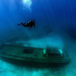 Los buzos que participan en un proyecto para documentar los naufragios en Chipre con imágenes de 360 grados para promover la isla mediterránea como un destino de buceo para los turistas, toman fotos del naufragio de Lef1 frente a la costa de Larnaca. | Foto:Emily Irving-Swift / AFP