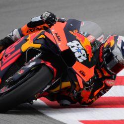 El piloto portugués de KTM Miguel Oliveira compite durante la carrera de MotoGP del Moto Grand Prix de Catalunya en el Circuit de Catalunya en Montmeló en las afueras de Barcelona. | Foto:Lluis Gene / AFP