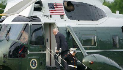 El mandatario al embarcar en la Casa Blanca rumbo al aeropuerto.