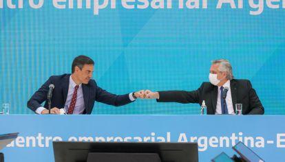 A los botes. El Presidente con su par español, Pedro Sánchez, el día del papelón.