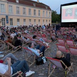 Los visitantes esperan la proyección de la serie de televisión 'Ich und die Anderen' (Yo y los demás) frente al palacio de Charlottenburg como parte del festival de cine 'Berlinale Summer Special' en Berlín.   Foto:Michael Sohn / POOL / AFP