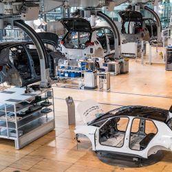 Un empleado trabaja en la línea de montaje del automóvil eléctrico Volkswagen ID 3 del fabricante de automóviles alemán Volkswagen, en el sitio de producción 'Glassy Manufactory' en Dresde, Alemania.   Foto:Jens Schlueter / AFP