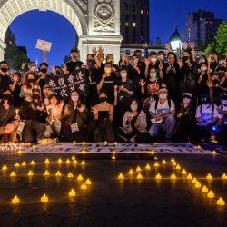Miembros de la comunidad china y de Hong Kong en Nueva York asisten a una vigilia para conmemorar el 32 aniversario de las protestas y represión a favor de la democracia en la plaza de Tiananmen de 1989, en el parque Washington Square en Manhattan, Nueva York.   Foto:Ed Jones / AFP