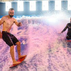 Hombres surfean durante la inauguración de Wave In, el primer centro de surf indoor de París, con ola estática.   Foto:Thomas Samson / AFP