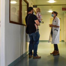 Una pareja y su hijo llegan a una reunión con un pediatra en una Unidad Especializada de Protección Infantil en Rennes, oeste de Francia.   Foto:Salom-Gomis / AFP