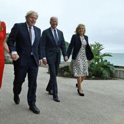 El primer ministro británico Boris Johnson y su esposa Carrie Johnson caminan con el presidente estadounidense Joe Biden y la primera dama estadounidense Jill Biden antes de una reunión bilateral en Carbis Bay, Cornwall.   Foto:Brendan Smialowski / AFP