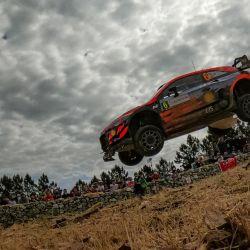 El piloto español Dani Sordo conduce su Hyundai i20 Coupe WRC con su copiloto español Borja Rozada, a través de Micky's Jump entre Lerno y Monti di Ala, cerca de Olbia, durante la Etapa SS10 del Rally de Cerdeña.   Foto:Andreas Solaro / AFP