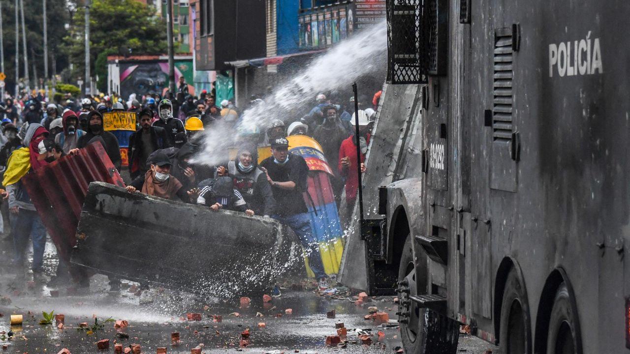 Agentes de la policía rocían con un cañón de agua a los manifestantes durante una protesta contra el gobierno del presidente colombiano Iván Duque en Bogotá.   Foto:Juan Barreto / AFP