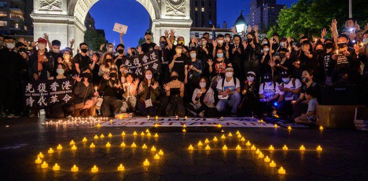 Miembros de la comunidad china y de Hong Kong en Nueva York asisten a una vigilia para conmemorar el 32 aniversario de las protestas y represión a favor de la democracia en la plaza de Tiananmen de 1989, en el parque Washington Square en Manhattan, Nueva York.