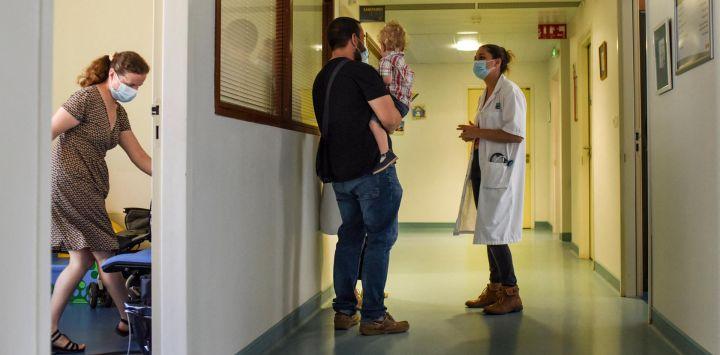 Una pareja y su hijo llegan a una reunión con un pediatra en una Unidad Especializada de Protección Infantil en Rennes, oeste de Francia.